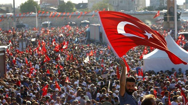 Les Turcs manifestent dans l'espoir d'une unité nationale, malgré la tentative de coup d'État.