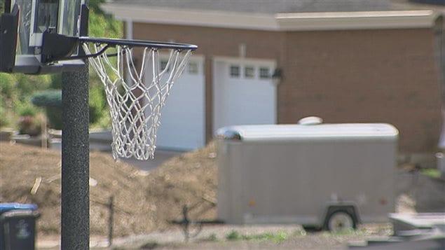 Panier de basketball dans une rue