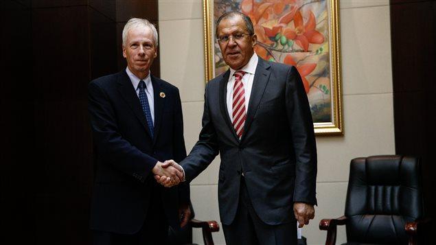 El ministro de Relaciones Exteriores de Canadá, Stephane Dion y su homólog ruso Sergei Lavrov durante una reunión de ministros de Relaciones Exteriores de la  ASEAN en Laos, el 25 de julio 2016.