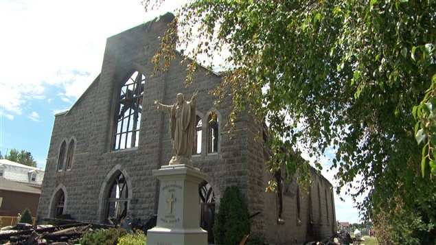 L'église a été complètement détruite par les flammes.