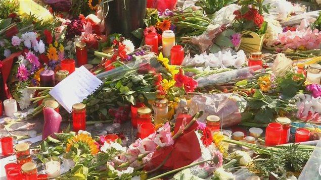 Des fleurs d�pos�es en m�moire des victimes des attaques en Allemagne