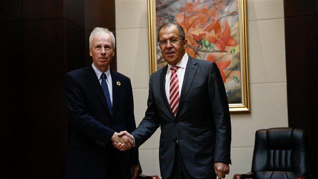 مصافحة بين وزير خارجية كندا ستيفان ديون (إلى اليسار) ونظيره الروسي سيرغي لافروف على هامش الاجتماع السنوي لوزراء خارجية دول جنوب شرق آسيا في فيينتيان، عاصمة لاوس، في 25 تموز (يوليو) الفائت.