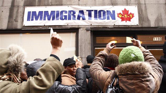 Au lendemain du séisme de 2010, les Haïtiens de Montréal se sont rués sur les bureaux d'immigration dans l'espoir de faire venir leurs proches au Canada.