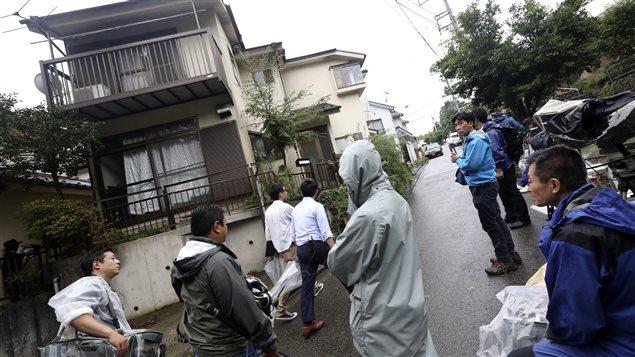 Periodistas y curiosos frente a la vivienda del agresor.