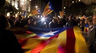 Le 7 janvier 2016, des militants brandissent des drapeaux en faveur de l'indépendance de la Catalogne.