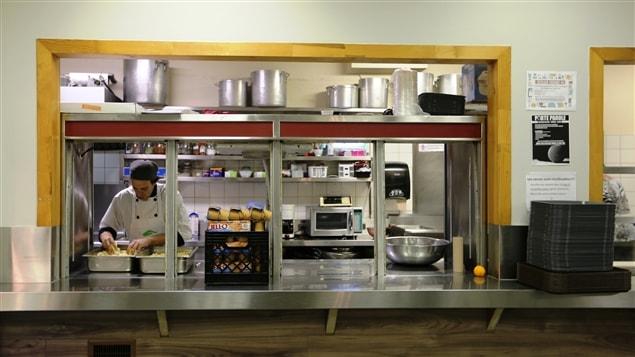 La Mission Bon accueil fait de la réinsertion sociale des jeunes par le travail en cuisine.