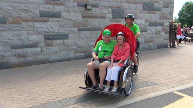 Les vélos, conduits par des bénévoles, permettront de transporter deux aînés à la fois.