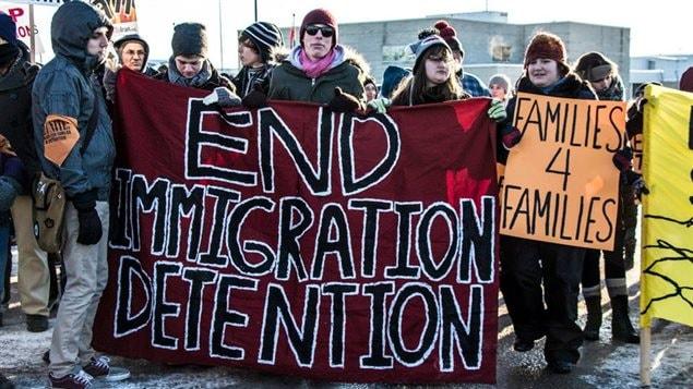Manifestación en Canadá pidiendo el fin de las detenciones indefinidas de inmigrantes que no han sido ni procesados ni condenados.