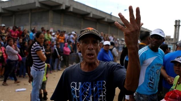 La escasez de medicamentos y alimentos obliga a los venezolanos a hacer filas durante horas.