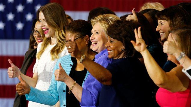 Hillary Clinton en compagnie de militantes du mouvement « Women for Hillary »
