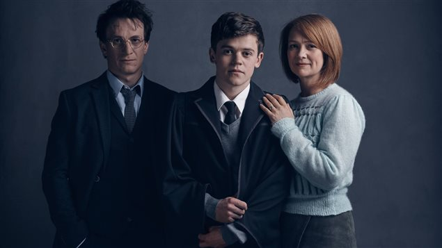 Harry (Jamie Parker), Albus (Sam Clemmett) et Ginny Potter (Poppy Miller) dans la pi�ce de th��tre <i>Harry Potter and the Cursed Child</i>
