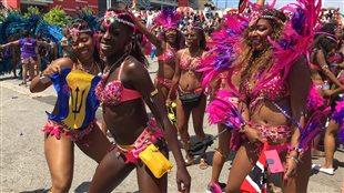 16 000 personnes participent au défilé haut en couleurs.