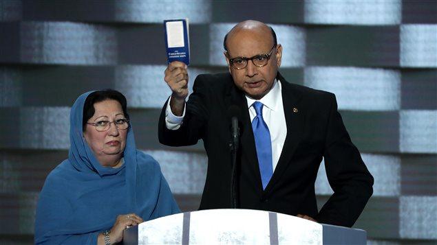 Khizr Khan, junto a su esposa Ghazala Khan, pregunta a Trump si ha leído la Constitución de Estados Unidos durante la Convención Nacional Demócrata el pasado 28 de julio.
