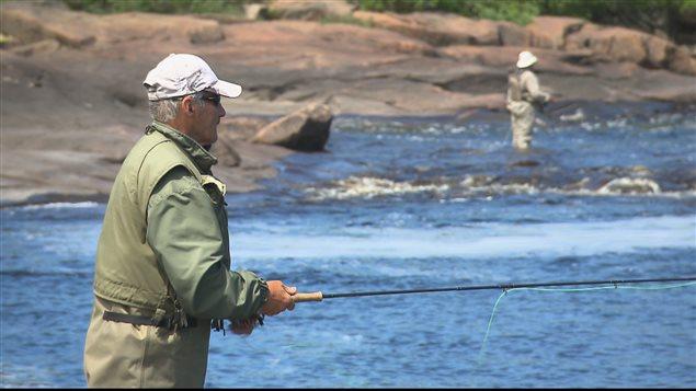 Des pêcheurs de saumon en action sur une rivière.