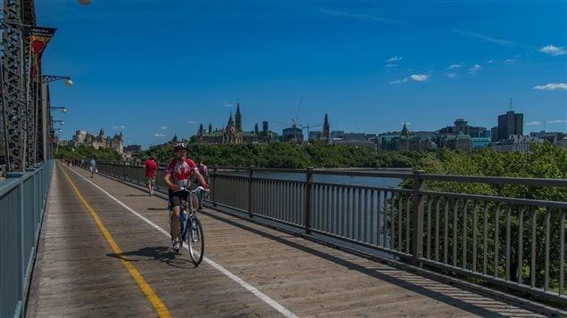 Un cycliste emprunte le pont Alexandra entre Ottawa et Gatineau.