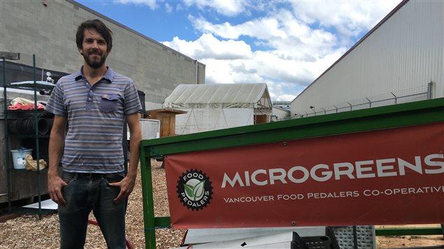 Ross Jarvis travaille pour Food Pedalers, qui fait la livraison de pousses et d'agropyle sur le territoire vancouvérois.