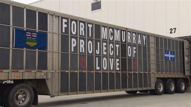 Le camion des Rompré est parti de Sainte-Anne-de-la-Pérade, au Québec, pour livrer des dons destinés aux résidents de Fort McMurray en Alberta.