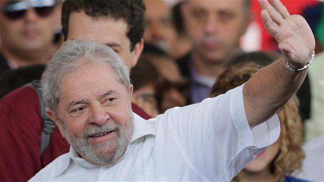 Lula saluda a sus seguidores
