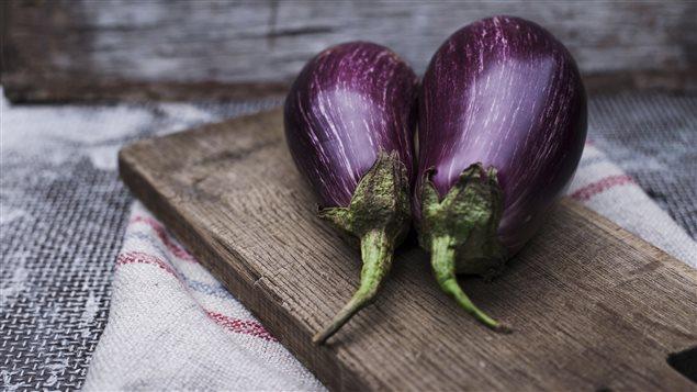 L'aubergine se cuisine partout dans le monde, parfois en accord avec la tomate, parfois en différentes variétés de moussaka.