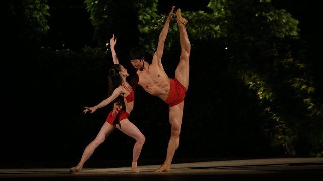 سايكا شيراي (إلى اليسار) وشريكها يو شي خلال تأديتهما رقصة في مسابقة الباليه الدولية في فارنا في بلغاريا.
