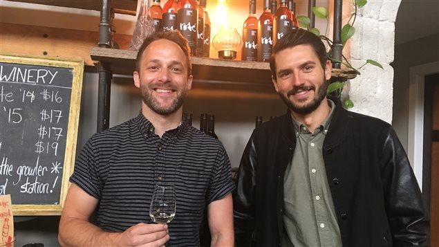 David Stansfield, propriétaire de Vancouver Urban Winery, en compagnie de Steve Thorpe, cofondateur du Settlement Building, qui héberge le vignoble ainsi que la microbrasserie Postmark et le restaurant Belgard.