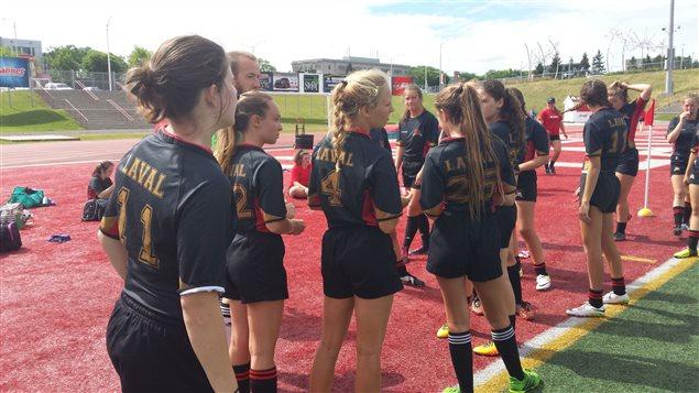 Des jeunes joueuses de rugby de l'Académie Rouge & Or de l'Université Laval