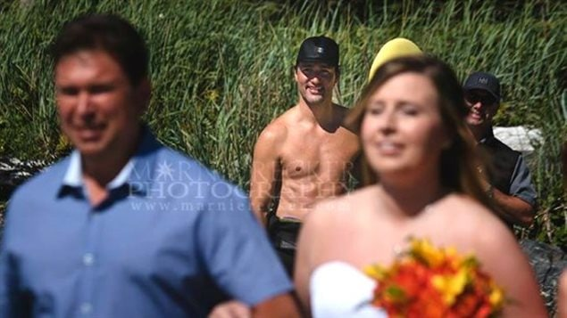 Le premier ministre Justin Trudeau, témoin involontaire d'un mariage sur une plage de Tofino, en Colombie-Britannique.