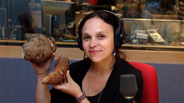 Paloma Martinez présente des légumes racine typiques des pays africains, notamment l'igname (en position supérieure) et le manioc (en position inférieure).