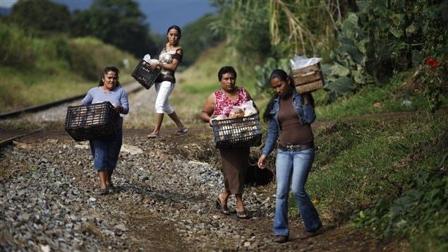 Des bénévoles mexicaines de Las Patronas sur le point de distribuer de la nourriture aux migrants