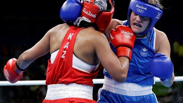 Ariane Fortin en action contre Dariga Shakimova, du Kazakhstan