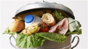 Le gaspillage alimentaire est courant chez les grandes chaines d'alimentation au pays. Le Danemark a trouvé une solution.
