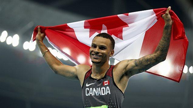 Le Canadien Andre de Grasse célèbre sa 3e place et médaille de bronze au 100 m hier à Rio.