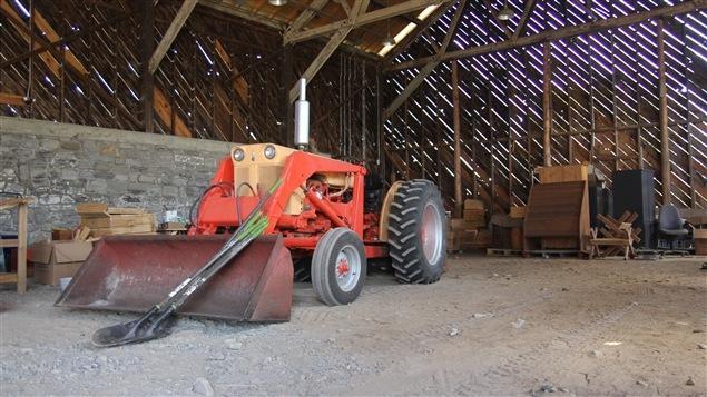 « Mathurin », le tracteur du centre d'écologie et d'agriculture de Gatineau a été choisi avec soin pour ne pas déranger le voisinage.