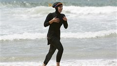 Une femme porte le burkini sur la plage