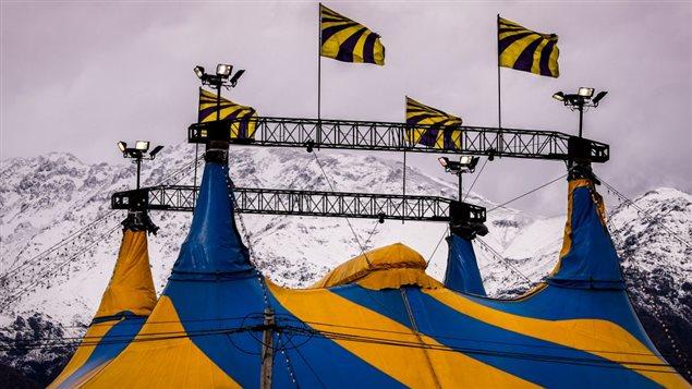 Un tradicional circo chileno con la Cordillera de Los Andes de telón de fondo.