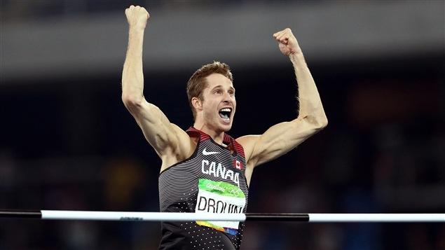 Derek Drouin a remporté l'or au saut en hauteur aux Jeux olympiques de Rio mardi, ce qui portait alors le total de médailles du Canada à 14.