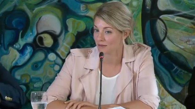 La ministre du Patrimoine canadien, Mélanie Joly en consultation sur les langues officielles à Moncton au Nouveau-Brunswick.