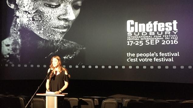 Dévoilement de la programmation officielle du 28e Cinéfest de Sudbury. Tammy Frick, directrice générale au podium.