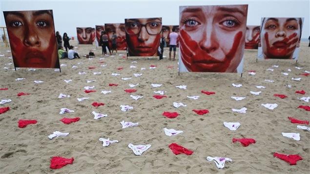 � Rio de Janeiro, une installation de photos et de sous-v�tements de l'artiste Marcio Freitas, qui vise � d�noncer la violence faite aux femmes.