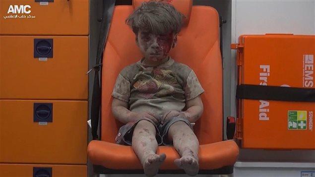 Cette image extraite d'une vid�o fournie par le Centre des m�dias d'Alep, un groupe de militants anti-gouvernementaux, montre l'enfant lors de son transport en ambulance.