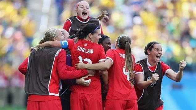 L'équipe féminine de soccer, victorieuse