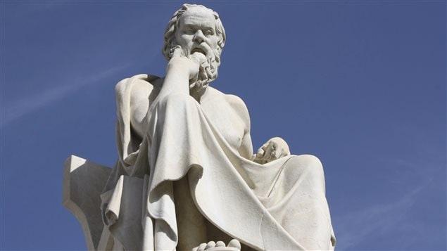 Une statue de Socrate à Athènes, en Grèce