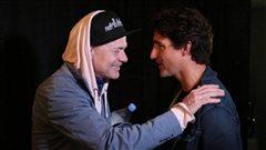 Le premier ministre Justin Trudeau (à la droite) rencontre le chanteur du groupe The Tragically Hip Gord Downie avant son spectacle à Kingston le 20 août 2016.
