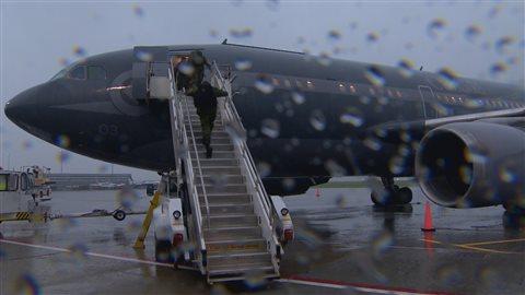 Des soldats partent de la base militaire d'Edmonton afin de se joindre à une mission de l'OTAN en Pologne.