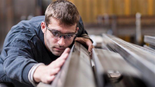 Un travailleur dans une usine.
