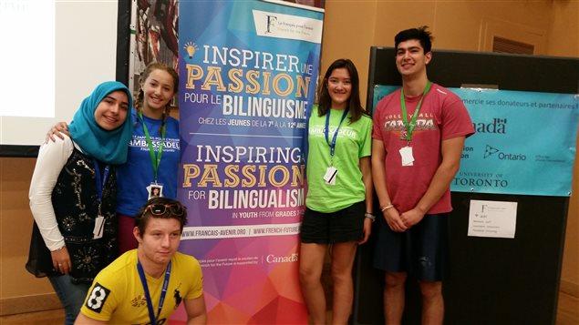 Forum des jeunes ambassadeurs : Les 5 jeunes de l'Ontario  (de g. à d. : Saba-Sadat Mirabolghasemi, Lisa Zaher, Antonin Petiteville, Denice Pepe, Cem Torun)