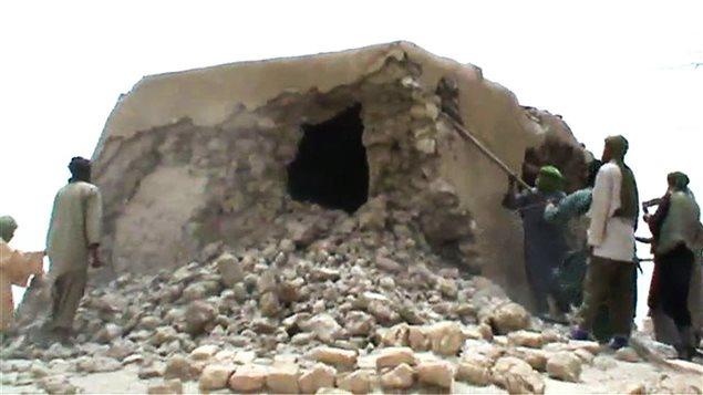 Des djihadistes détruisent un mausolée à Tombouctou, au Mali, en 2012.