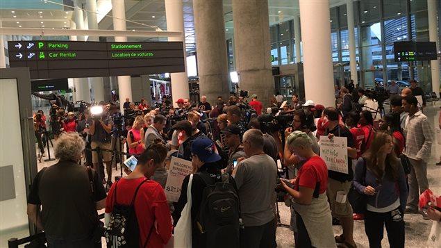 Des dizaines de personnes attendent à l'aéroport Pearson de Toronto