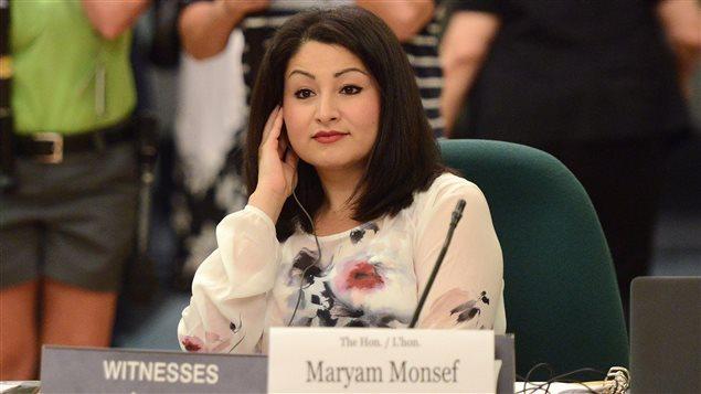 La ministre des Institutions démocratiques, Maryam Monsef, refuse de s'engager à suivre absolument les recommandations du comité qui se penche cet été sur un changement du mode de scrutin. Sur la question d'un référendum, elle dit ne pas être convaincue que ce soit la meilleure méthode pour prendre le pouls de la population sur cet enjeu, sans toutefois fermer carrément la porte à cette option. PHOTO : SEAN KILPATRICK