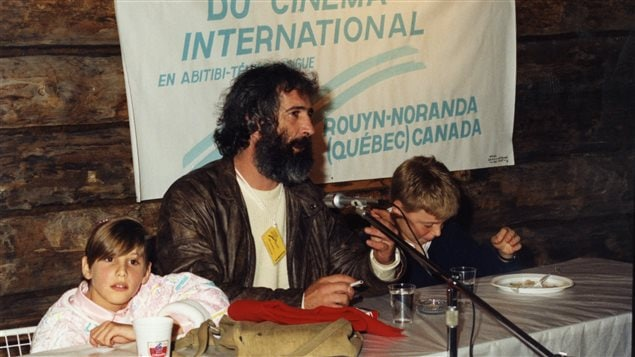 André Melançon, au centre, et Mahée Paiement, à gauche, lors de la présentation du film Bach et Bottine au Festival du cinéma international en Abitibi-Témiscamingue, en 1986